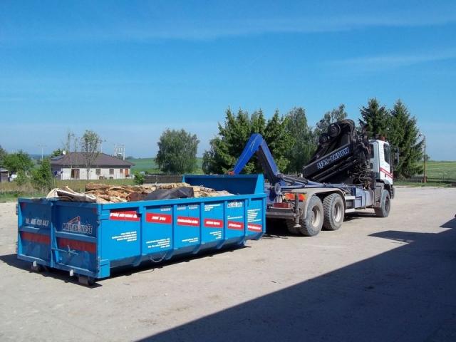 Iveco s rukou a kontejner - odvoz sutě