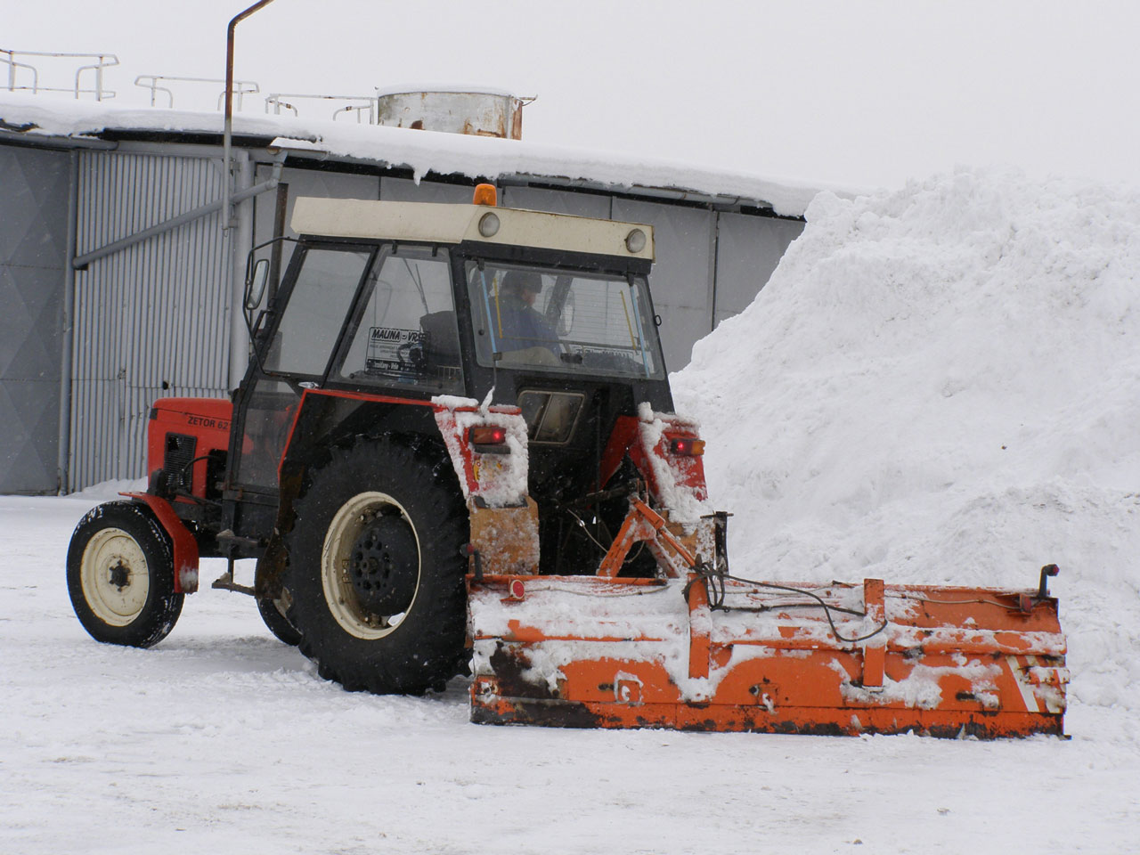 Vyhrnování sněhu traktorem ZETOR 6211