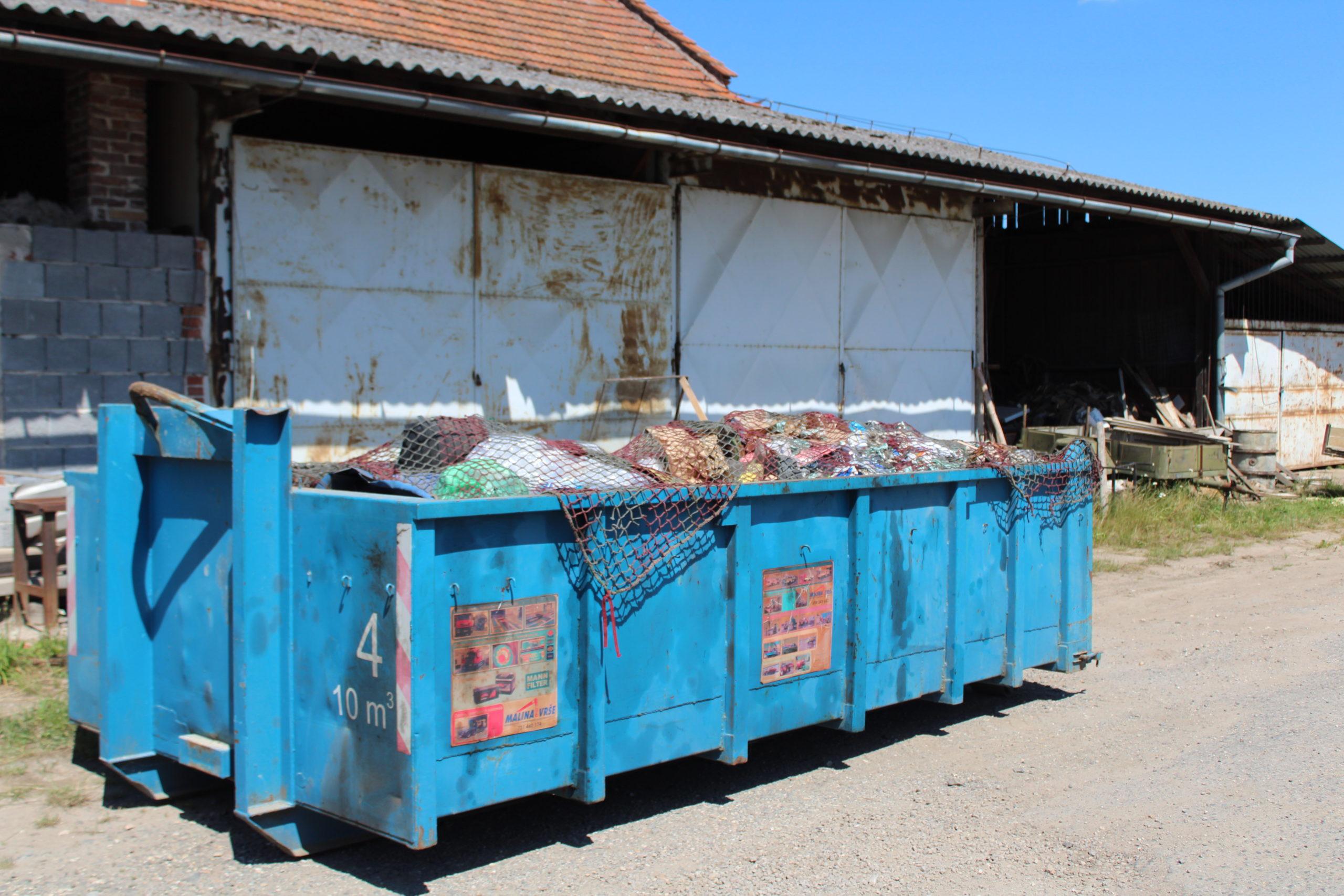 Kontejner s odpadem z nemovitosti